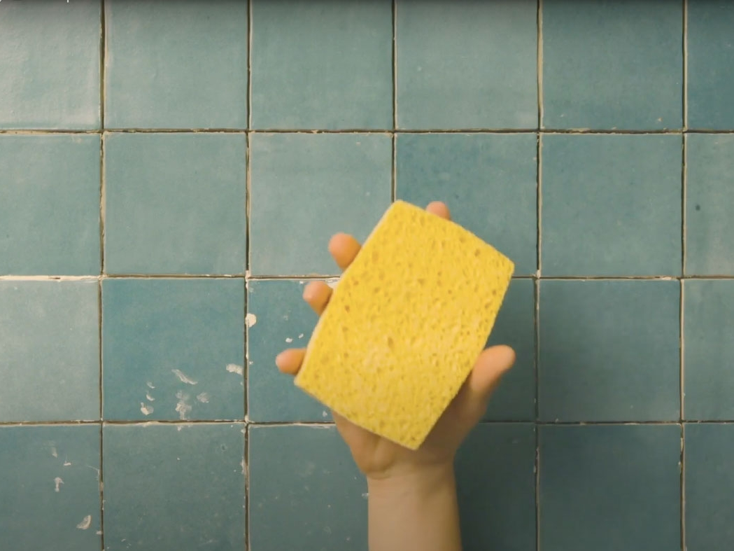 Bostik DIY France How to remove glue from tiles step 2