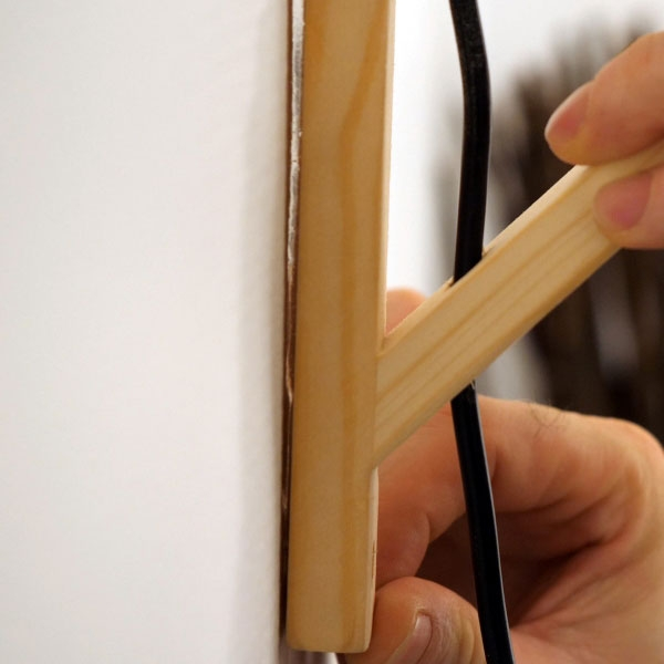 Bostik DIY France Tutorial How to fix a lamp to wall without drilling step 4