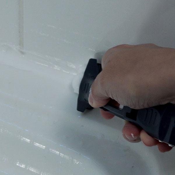 Bostik DIY France tutorial how to seal a shower step 4