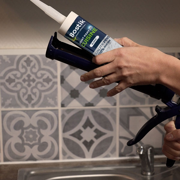Bostik DIY France tutorial how to seal a washbasin step 1