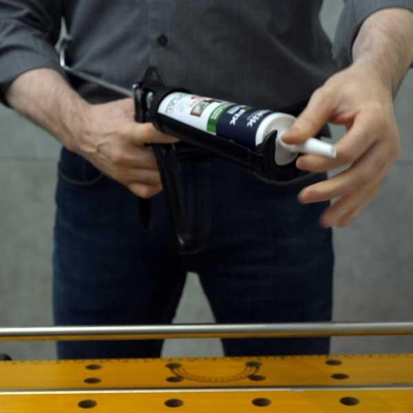 Bostik DIY Germany tutorial How to fix a towel rack step 1